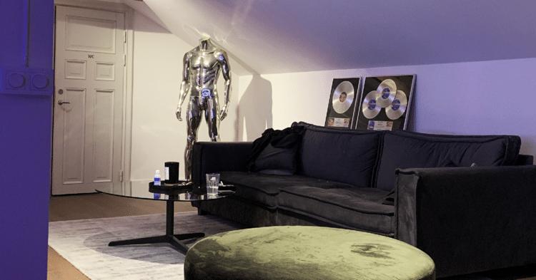 Image of studio of DJ Mangoo lounge